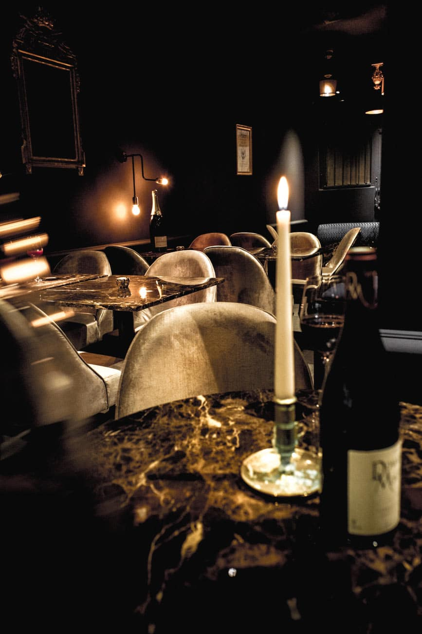 Cosy avec les bougies - bar à vin le Salon Français à Annecy