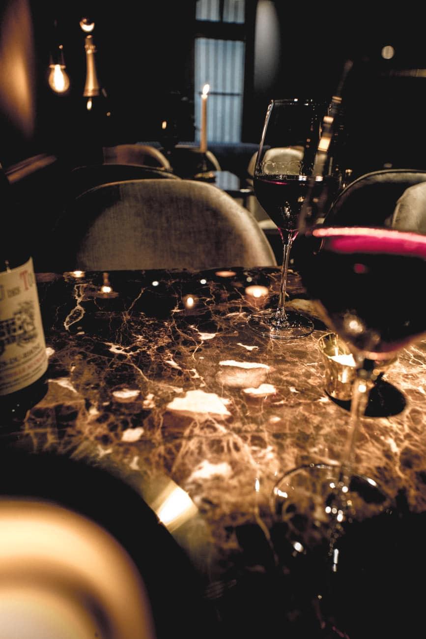 Marbre et Verre rubis, bar à vin le Salon Français à Annecy
