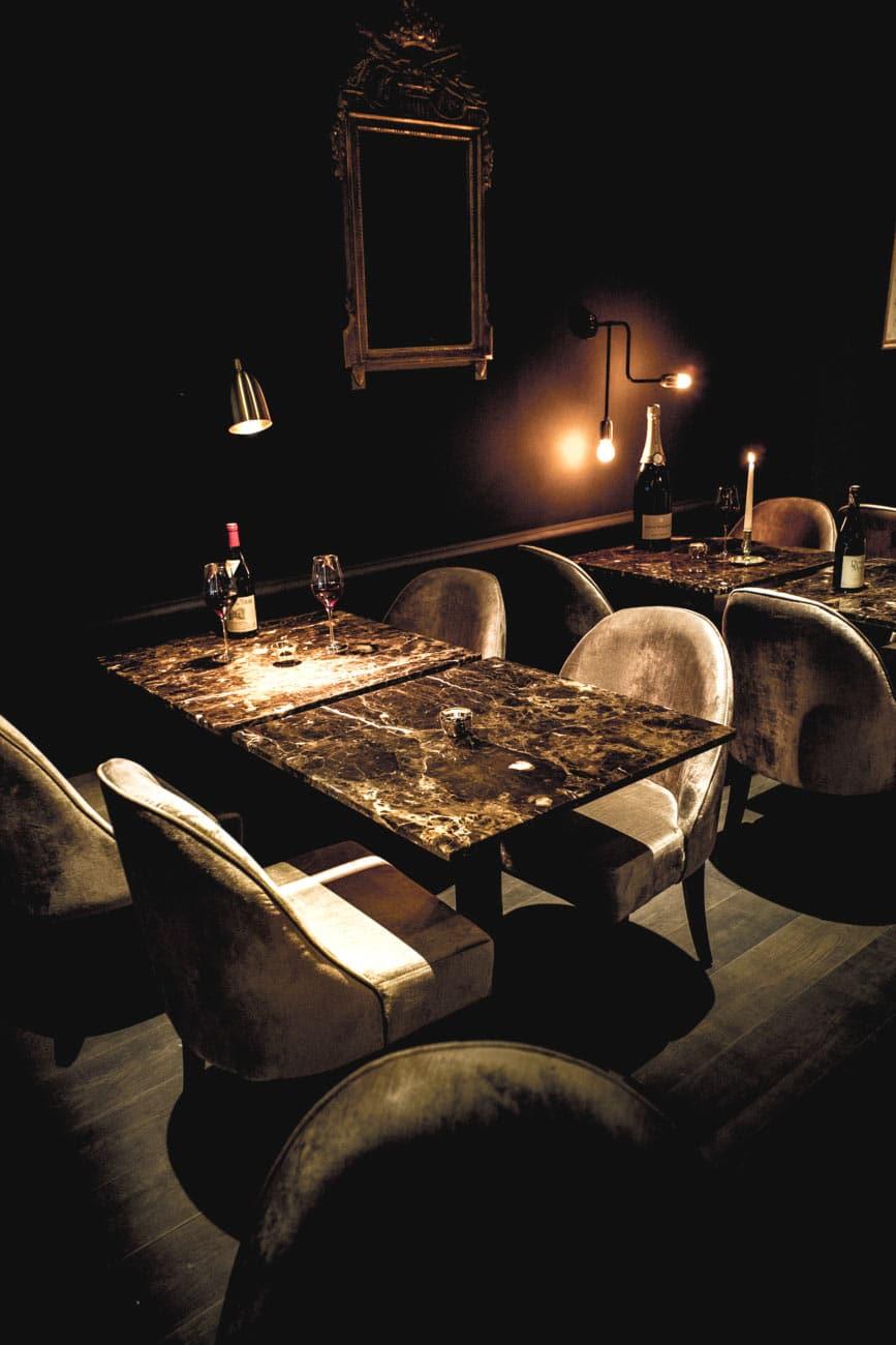 Décoration bar à vin le Salon Français à Annecy, bougies et tables en marbre